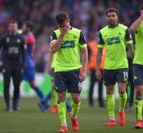 Jugadores del Huddersfield, tras confirmar su descenso.