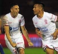 Jugadores de Huracán celebrando un gol.