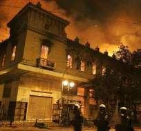 El Parlamento griego aprueba el duro plan de rescate con Atenas en llamas