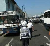 Dirigentes de transporte liviano protestan en la Agencia de Tránsito
