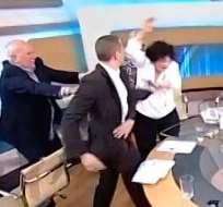 Diputado neonazi griego agrede a dos candidatas en debate televisado