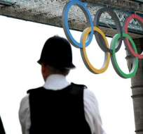 Londinenses salen a la calle para recibir a la antorcha olímpica