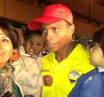 Emotivo recibimiento para Álex Quiñónez en aeropuerto de Quito