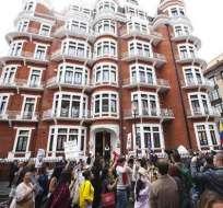 Assange se aloja en una pequeña habitación 'mal ventilada', según The Times