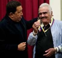 Chávez recibe en palacio, canta y condecora a Vicente Fernández