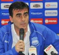 FIFA sanciona por tres meses a Gustavo Quinteros, DT de Emelec