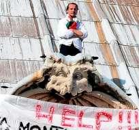 Empresario protesta encaramado a cúpula de la basílica de San Pedro