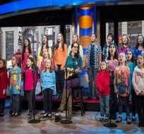 Niños sobrevivientes de la masacre de Newton graban una canción