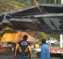 Volqueta colisiona contra valla de señalización al norte de Quito