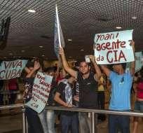 Yoani Sánchez enfrenta protestas en su primer día en Brasil
