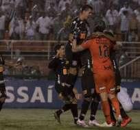 El ecuatoriano Junior Sornoza (i.) fue titular y anotó uno de los penales. Foto: Tomada de @Corinthians