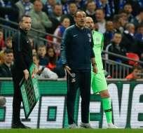 El portero y el entrenador del Chelsea (c.) bajaron la importancia a su pelea en la cancha. Foto: Adrian DENNIS / AFP