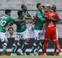 Ángel Mena, delantero ecuatoriano siendo separado por sus compañeros.