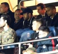 Neymar en la tribuna junto a su padre.