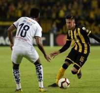 Orejuela de Liga de Quito atento con la marca de un rival. Foto: Twitter.