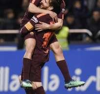 LA CORUÑA, España.- Lionel Messi celebra junto a Jordi Alba después de anotar un gol al Deportivo La Coruña. Foto: AFP