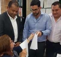 Selim Doumet (mitad) junto a integrantes de su lista