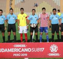 Capitanes y árbitros previo al choque de este viernes. Foto: Twitter Sudamericano.