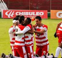 Jugadores de Técnico Universitario, celebrando un gol.