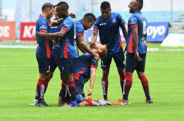 Jugadores de Olmedo, celebrando un gol.