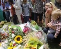 Varias personas muestran su respeto al expresidente sudafricano Nelson Mandela frente a su última residencia en Johannesburgo, Sudáfrica. Foto: EFE