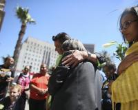 Sudafricanos lloran la muerte de su expresidente Nelson Mandela frente al Ayuntamiento de Ciudad del Cabo. Foto: EFE