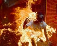Un manifestante se incendia durante los enfrentamientos con la policía antidisturbios en una protesta contra el presidente de Venezuela Nicolas Maduro, en Caracas