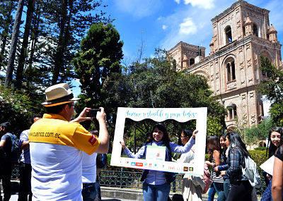 Turistas difrutaban tomándose fotografías en la glorieta del parque