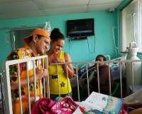 Génaro y Génesis visitaron a los niños del hospital Francisco Ycaza Bustamante. Foto: Ecuavisa.