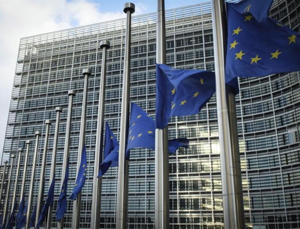 Banderas de la Unión Europea (UE) ondean a media asta en honor al expresidente sudafricano Nelson Mandela en la sede de la Comisión Europea en Bruselas, Bélgica. Foto: EFE