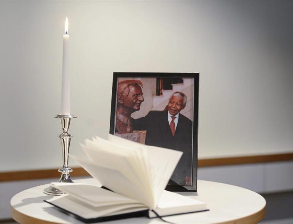 na vela encendida junto a un retrato del expresidente sudafricano Nelson Mandela en la sede del Partido Socialdemócrata en Estocolmo, Suecia. Foto: EFE