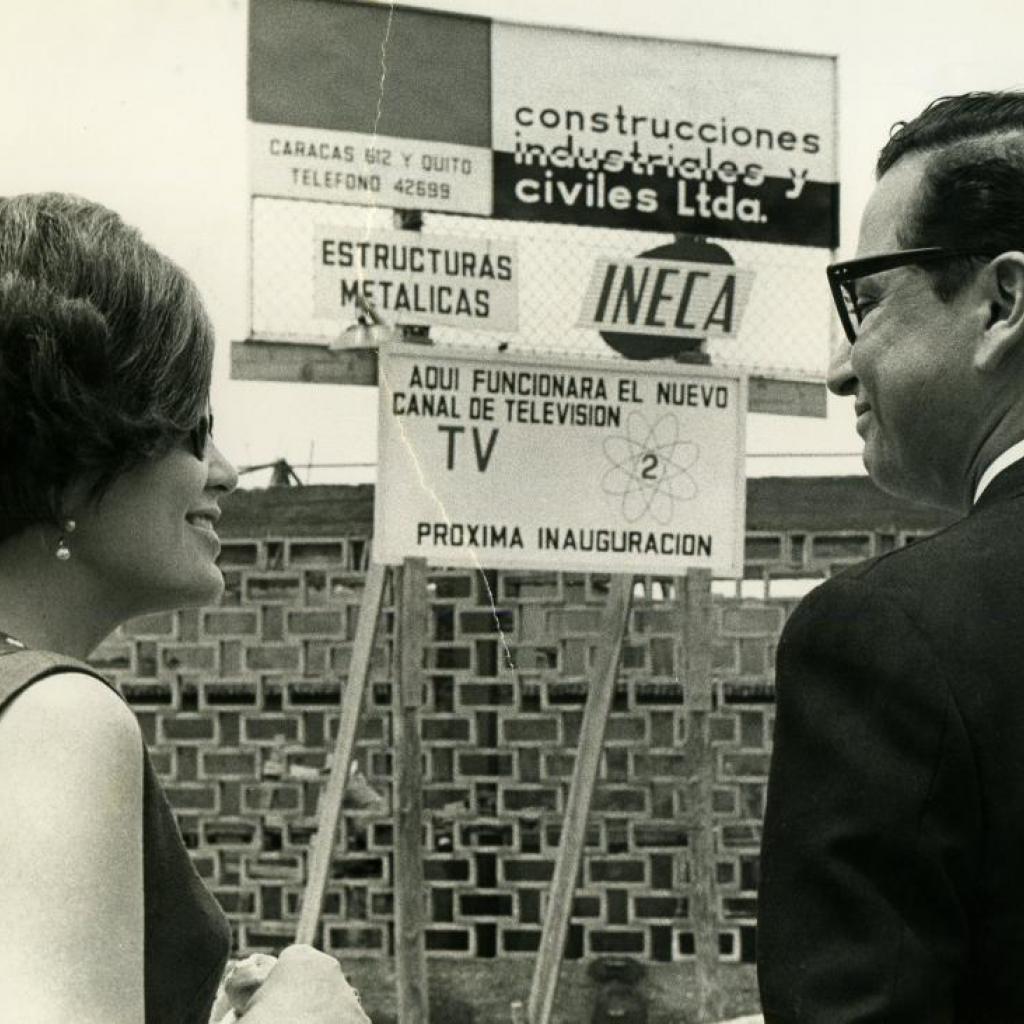 Xavier Alvarado Roca junto a su esposa frente al terreno donde nacería Ecuavisa.