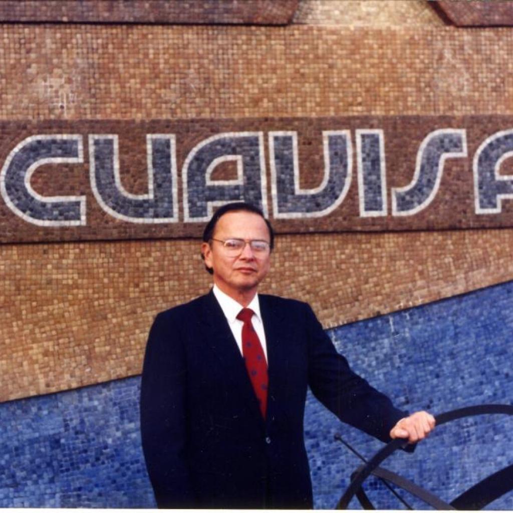 Xavier Alvarado Roca junto a las instalaciones de Ecuavisa.