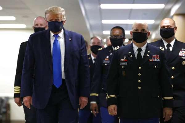 Trump, por primera vez en público con mascarilla