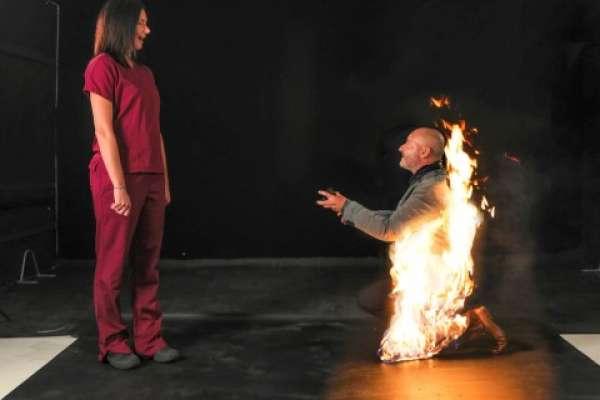 Pide la mano de su prometida envuelto en llamas