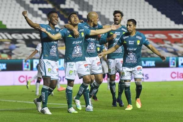 Ángel Mena vuelve a marcar de penal en México