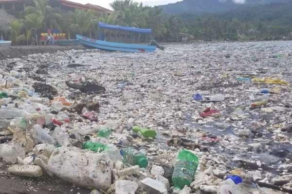 'Tsunami' de basura azotó playas hondureñas
