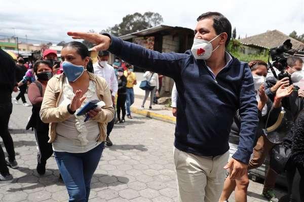 Andrés Arauz acompañó a comerciante a votar