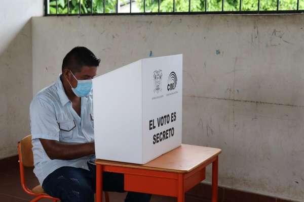 Hasta las 13:20, el 45,34 % de los ecuatorianos ya ha votado