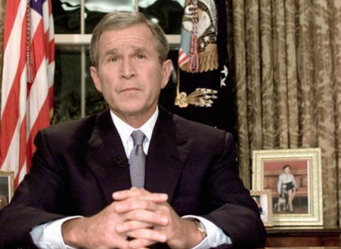 """George Bush ocupaba la presidencia de los EE.UU. cuando ocurrieron los ataques. Visitaba una escuela en Florida cuando Andrew Card, jefe de su gabinete, le informó de la situación. """"Nunca sabes cómo será ser un presidente en tiempos de guerra hasta que llega el momento"""", declaró años después."""