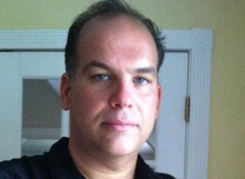 El norteamericano Pasquale Buzzelli laboraba como empleado de la Autoridad Portuaria de Nueva York y Nueva Jersey en el piso 64 de la Torre Norte. Él 'surfeó' los escombros para sobrevivir.