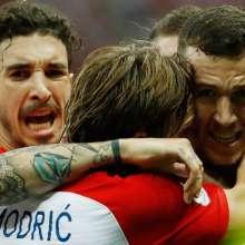 Ivan Perisic celebra con Luka Modric. Foto: Odd ANDERSEN / AFP