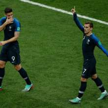 Antoine Griezmann festeja el primer tanto francés. Foto: Adrian DENNIS / AFP