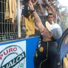 Maradona saludó a los fanáticos. Foto: @Dorados