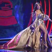 Thalia llega al escenario para entregar el premio al álbum del año en los Latin Grammy. Foto: AP.