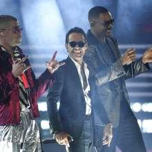 """De izquierda a derecha, Bad Bunny, Marc Anthony y Will Smith interpretan """"Está rico"""". Foto: AP."""