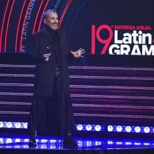Miguel Bosé presenta la actuación de Maná como Persona del Año en los Latin Grammy. Foto: AP.
