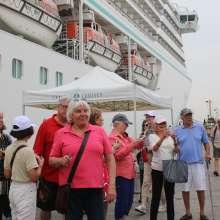 El Municipio agasajó a más de 940 turistas que arribaron en el Crucero Crystal Serenity al Puerto Marítimo.