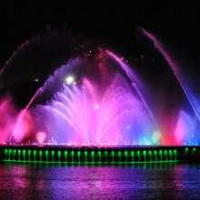 Por la noche es una escenificación de colores llena de música e imágenes.