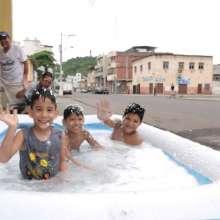 El cálido clima de la Perla del Pacífico crea el ambiente perfecto para que las familias pongan piscinas de plástico fuera de casa.